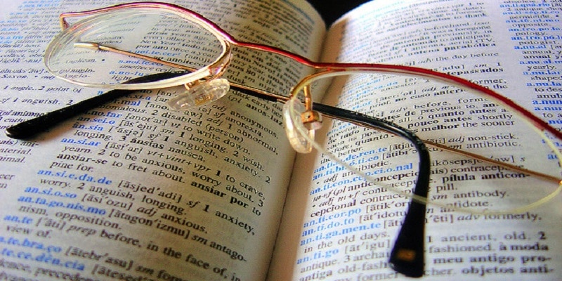 gafas sobre un libro
