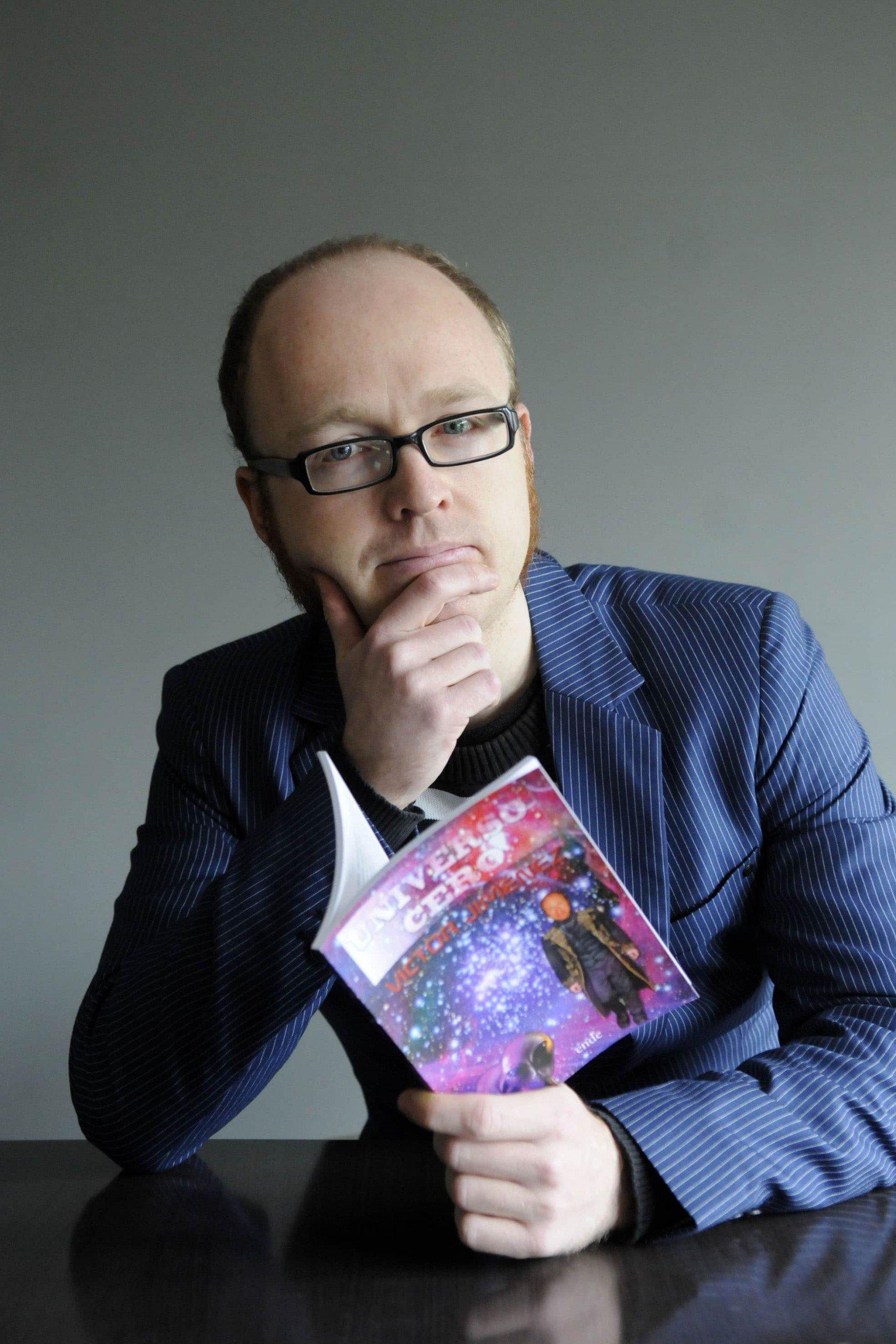 el escritor Carlos Jimenez con su nuevo libro.