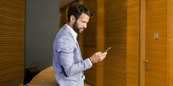 hombre usando su smartphone